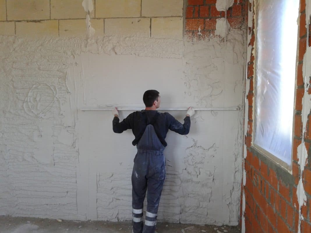 Штукатурка потолка: достоинства и недостатки, подготовка поверхности, выбор состава, установка маяков и чистовая отделка