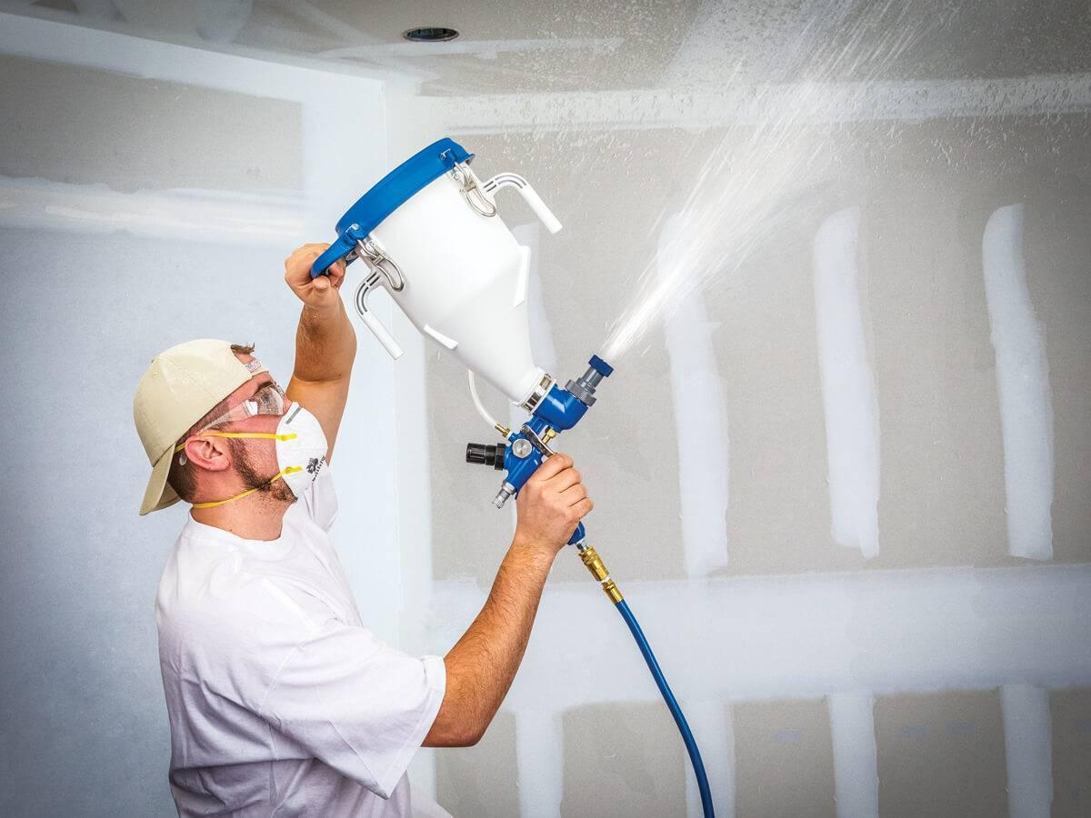 Покраска потолка электрическим краскопультом