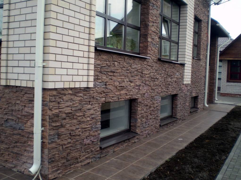 Облицовка цоколя и фасада дома искусственным камнем