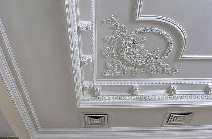 Лепнина на потолке: какой материал из трех выбрать