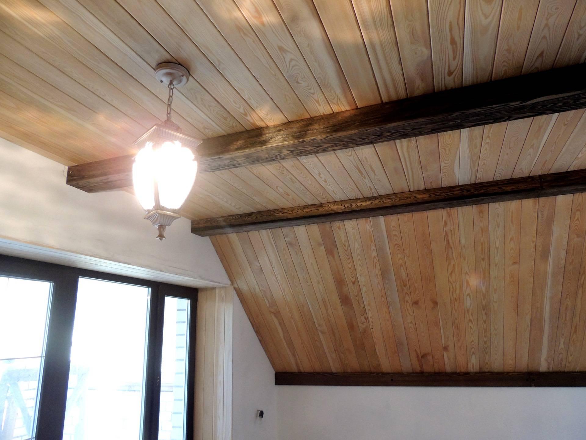Какой выбрать потолок в доме из бруса