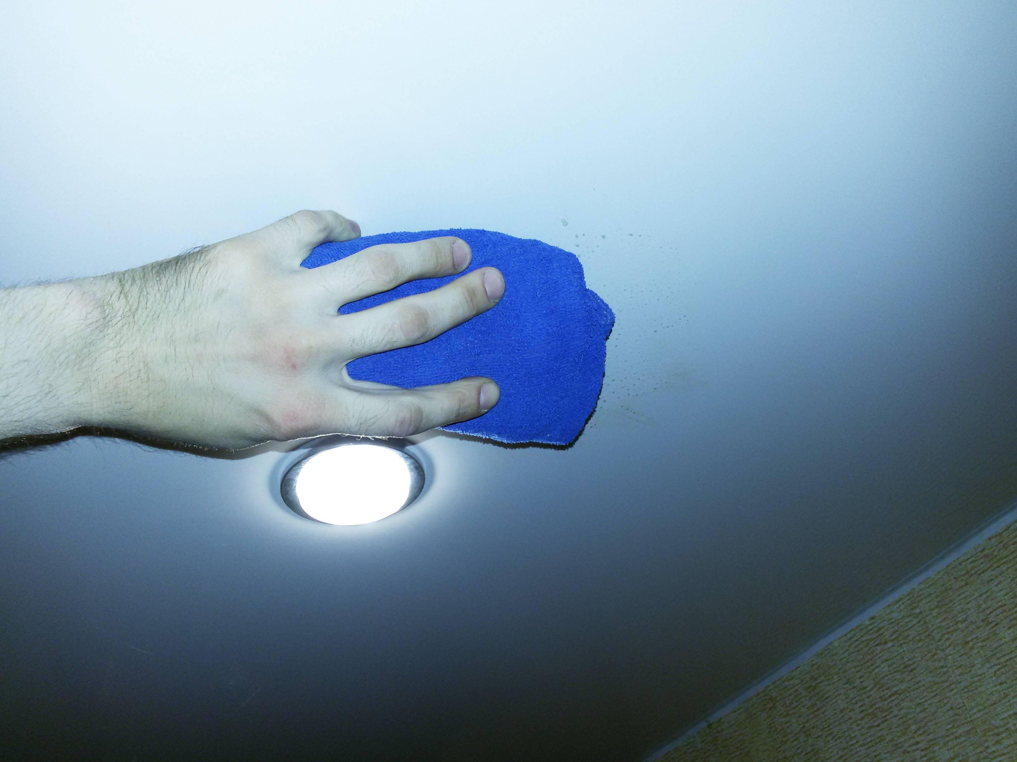 Как и чем мыть глянцевые натяжные потолки без разводов: 5 постулатов, которые сделают из вас гуру чистки ультрасовременной потолочной отделки