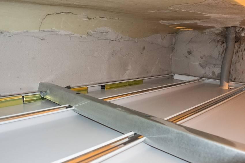 Пошаговая инструкция монтажа потолка в ванной из пластиковых панелей