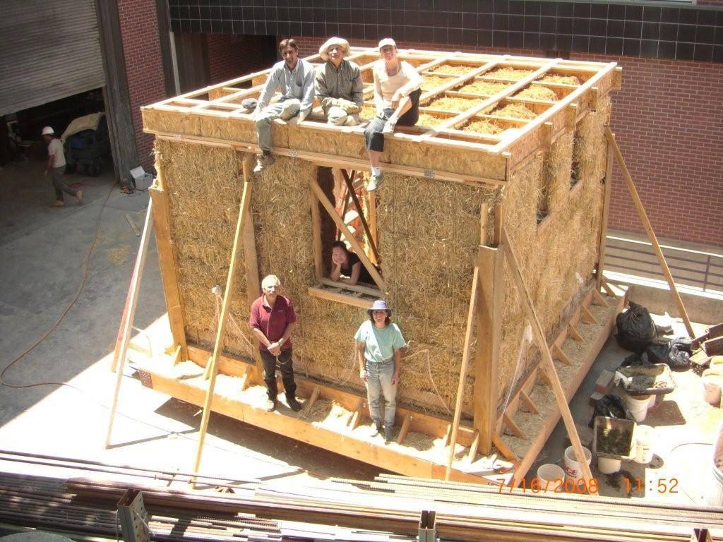 Дома из соломы: плюсы и минусы строительства - фото