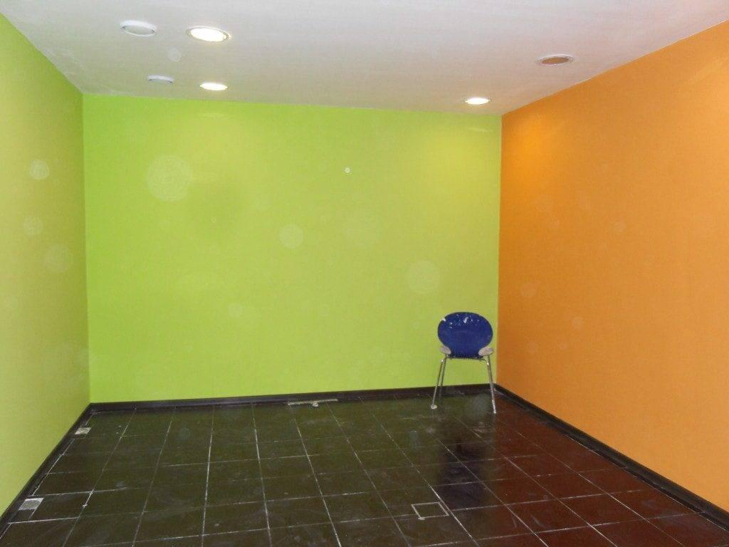 Что лучше: клеить обои или красить стены? выбираем оптимальный вариант