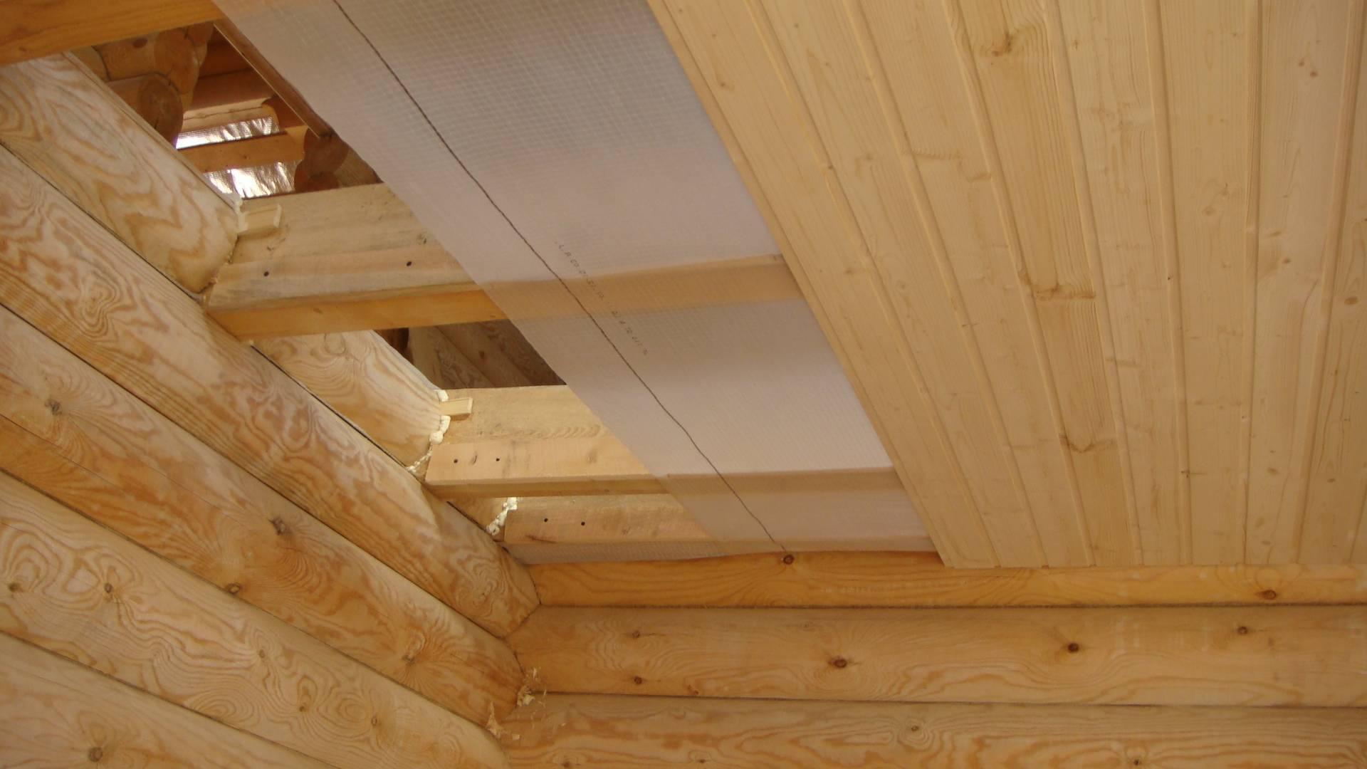 Внутренняя обшивка стен и потолков дома фанерой.