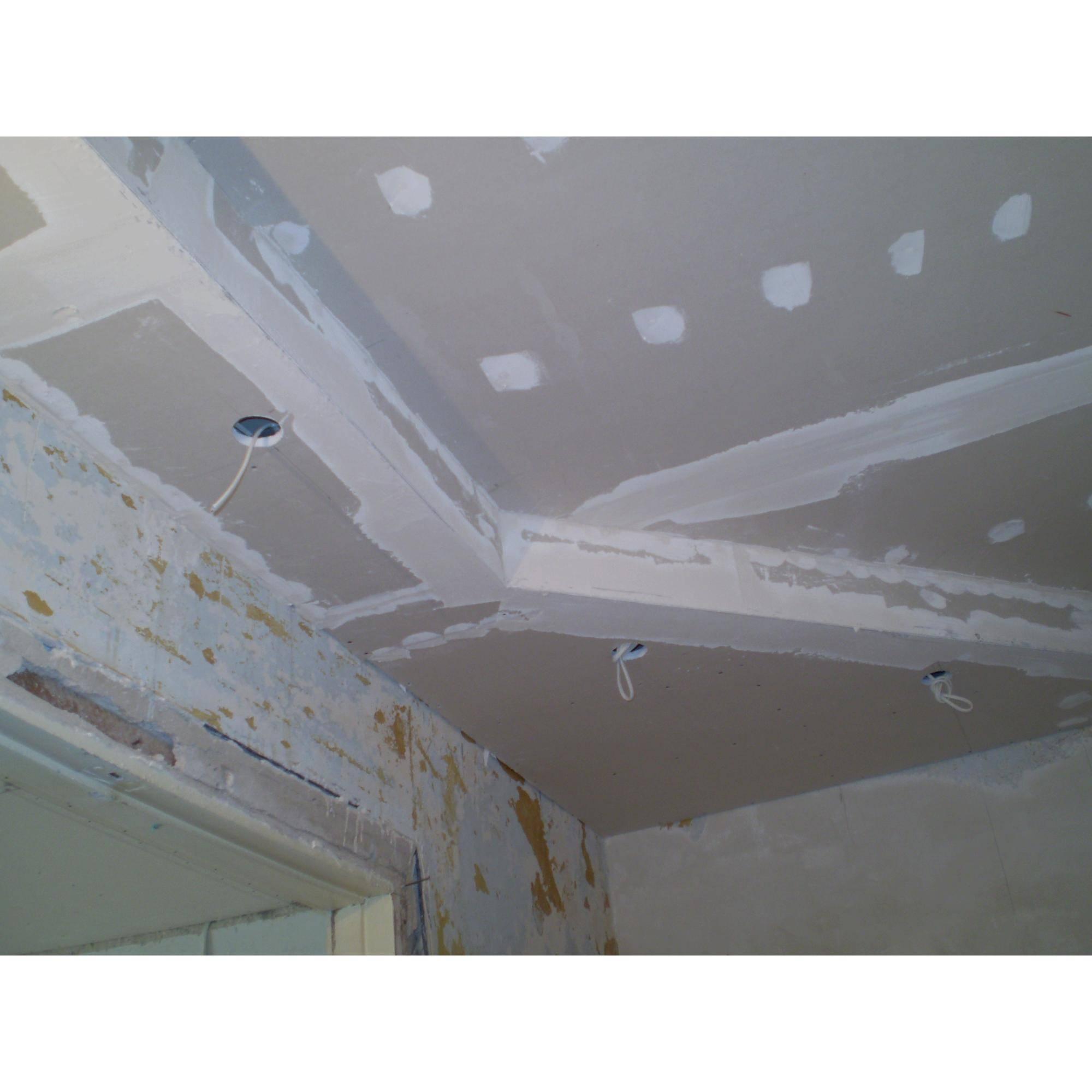 Гипсокартон или натяжной потолок — что лучше сделать на балконе
