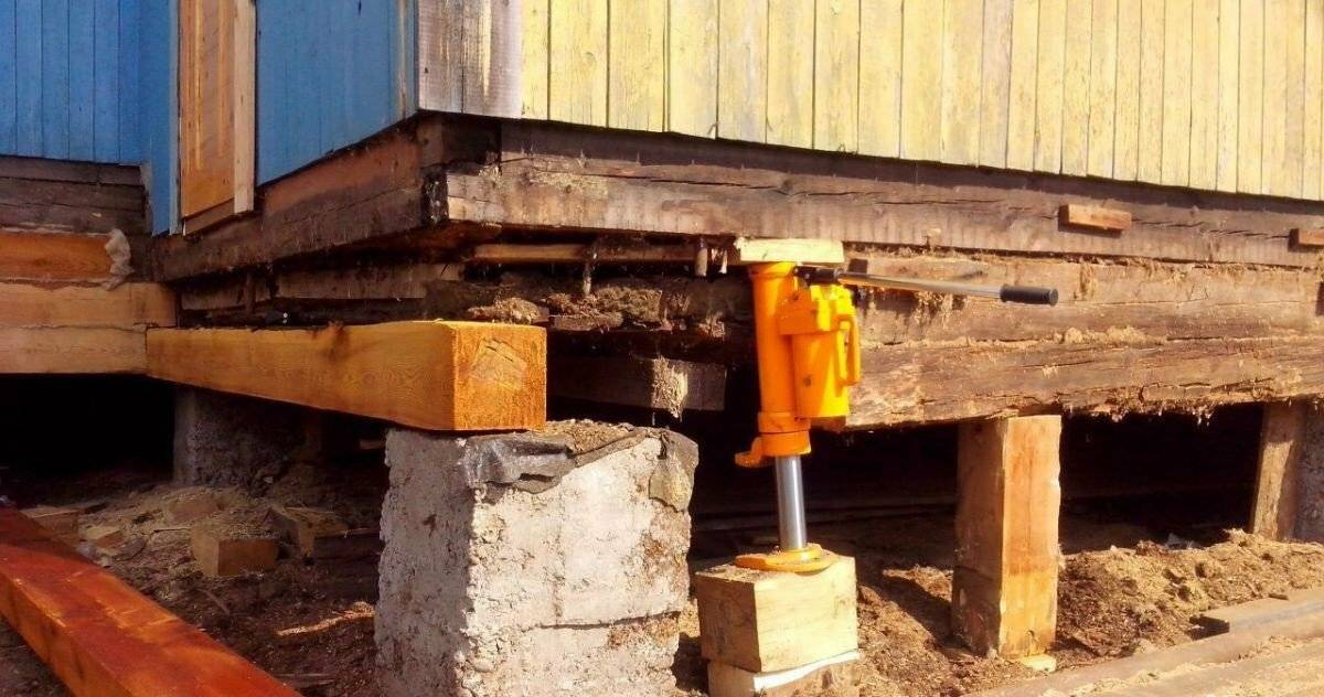 Как приподнять деревянный дом при помощи домкратов (видео)