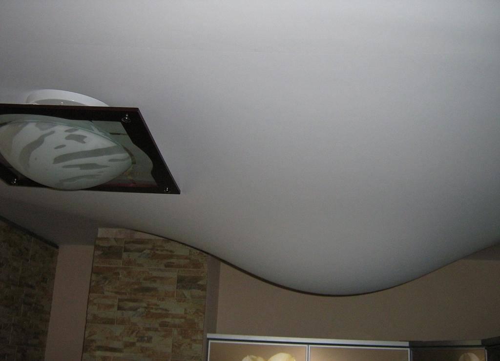 Ремонт натяжных потолков (46 фото): что делать, если потолок порвался, как отремонтировать потолочное покрытие своими руками, как поставить заплату, если проткнул натяжное изделие