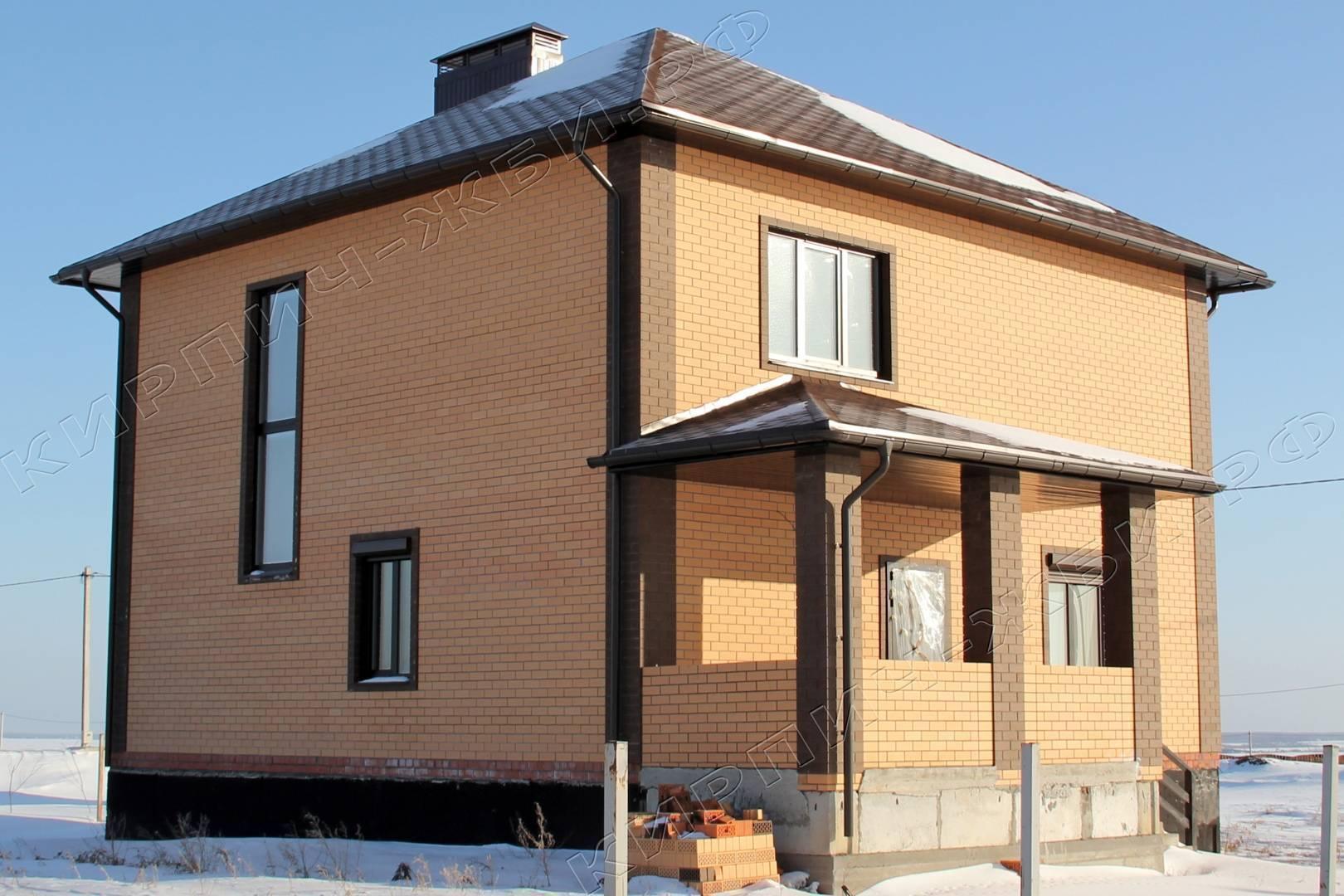 Дизайн фасадов домов из кирпича. идеи дома из коричневого кирпича: варианты и комбинации. дом и забор из старооскольского кирпича соломенного цвета с вставками из кирпича слоновая кость