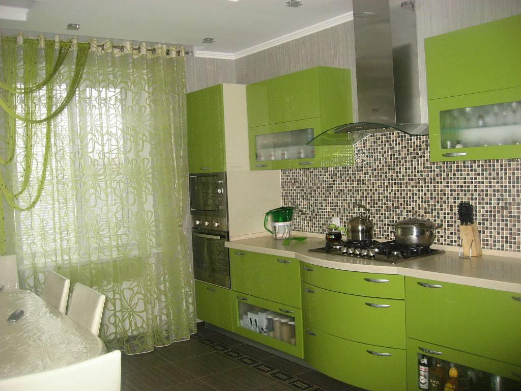 Дизайн интерьера кухни с зеленым гарнитуром, должный цвет стен