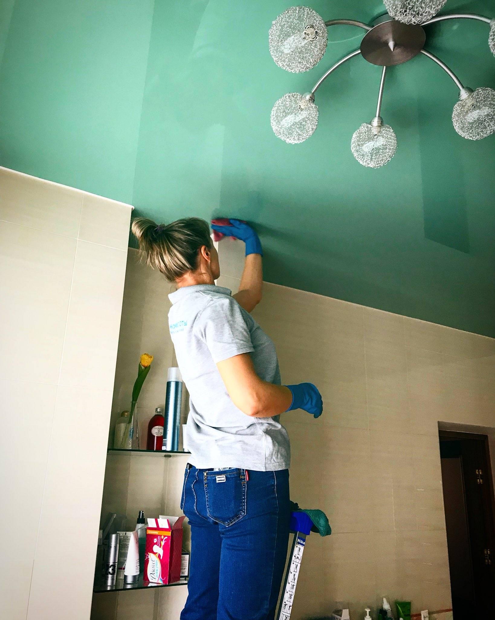 Уход за натяжными потолками: как и чем мыть натяжной потолок, какие средства использовать для чистки?