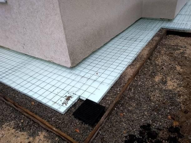 Как организовать устройство отмостки вокруг дома из тротуарной плитки