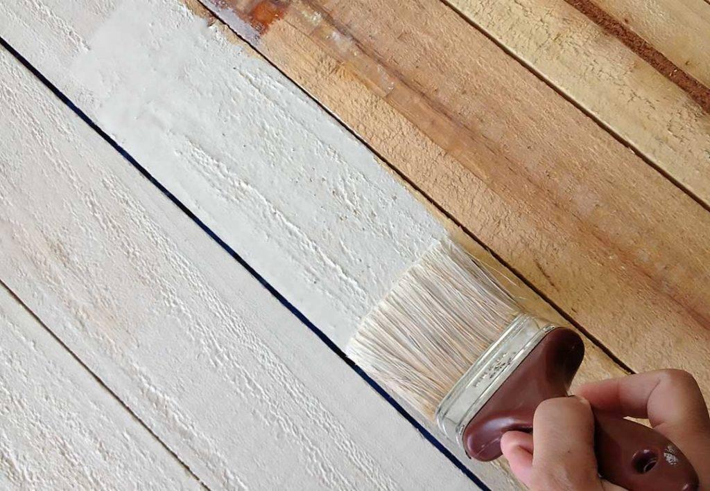 Как и чем покрасить деревянные потолки в доме