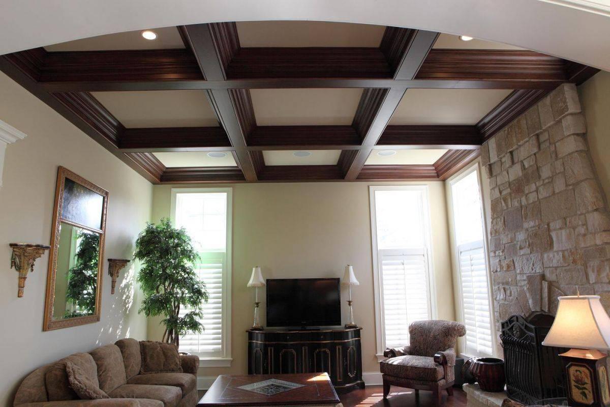 Варианты отделки потолков в частном доме (57 фото): чем лучше обшить потолок в деревенском доме и чем отделать его поверхность, виды материалов для потолка в деревянном коттедже