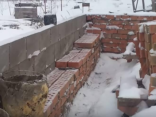 Кладка кирпича зимой при минусовой температуре: рекомендации специалистов, технологические особенности зимней кладки