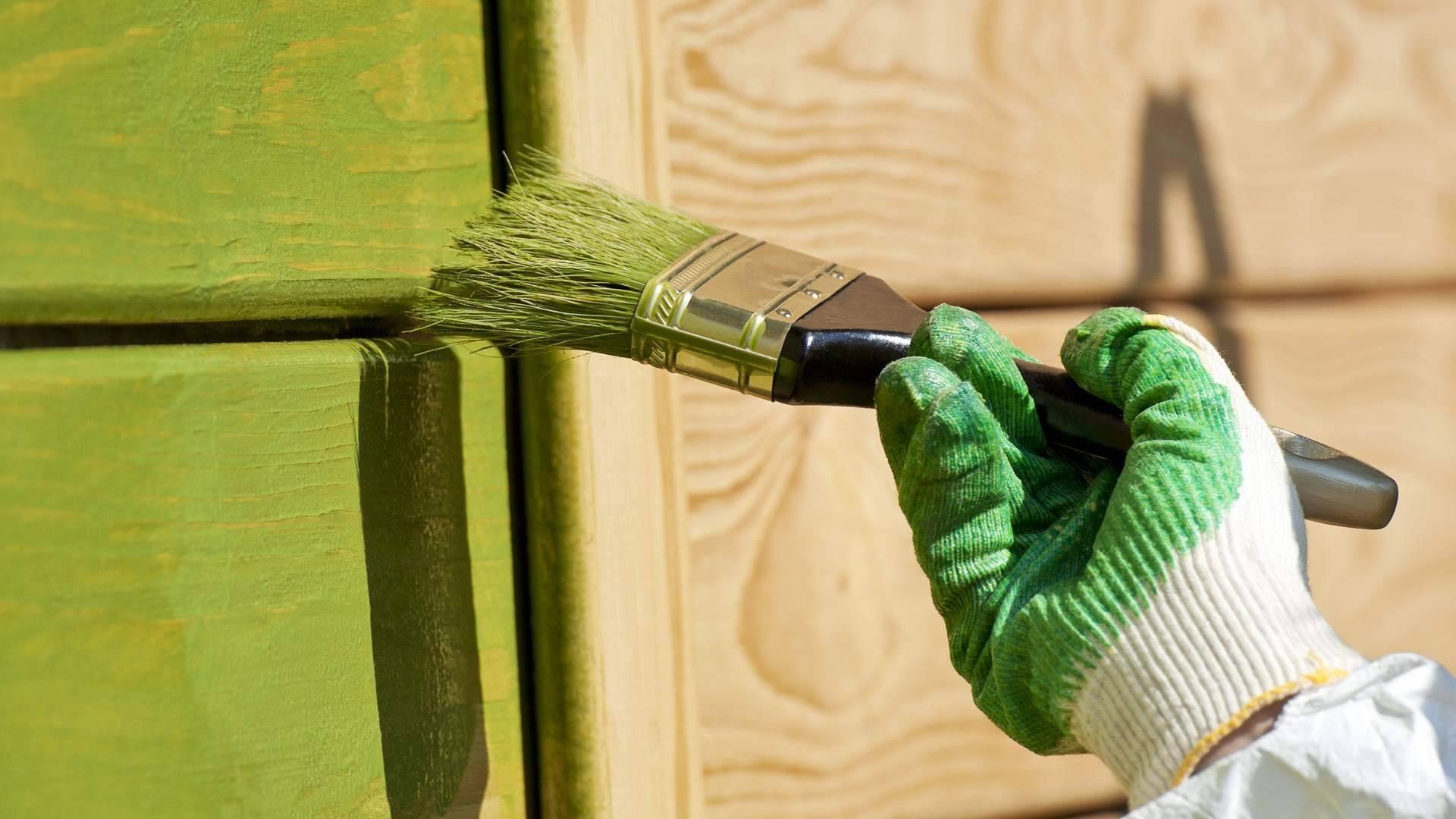 Чем покрасить деревянный дом снаружи: правила и рекомендации