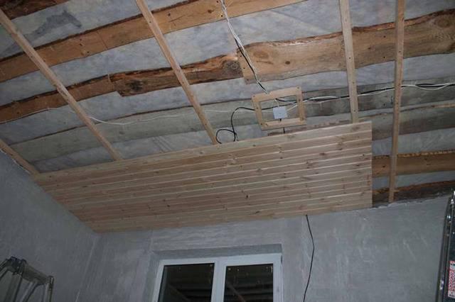 Как своими руками выровнять деревянный потолок в доме - журнал строителя