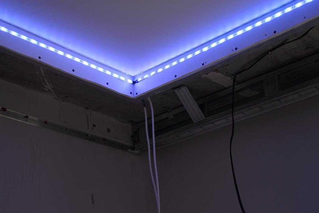 Как сделать натяжной потолок с подсветкой по периметру?
