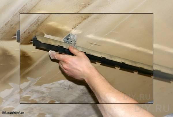 Как выполнить монтаж реечного потолка в ванной, чтобы не пришлось его переделывать