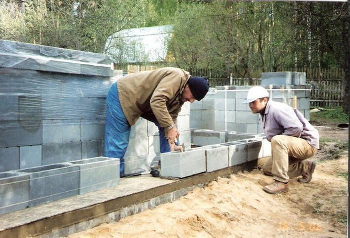 Как своими руками построить дачный дом из шлакоблока?