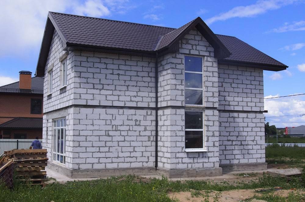 Дом из бруса или газобетона: что дешевле и из чего лучше строить