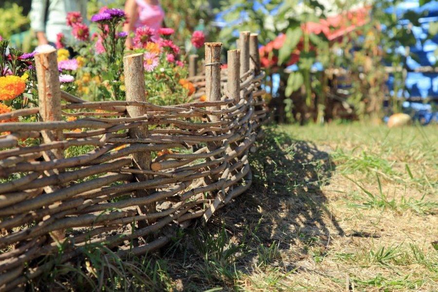 Забор плетёный из досок своими руками