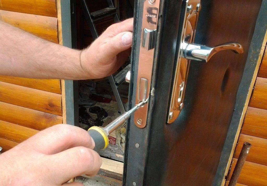 Регулировка петель пластиковых дверей, входных с тремя петлями