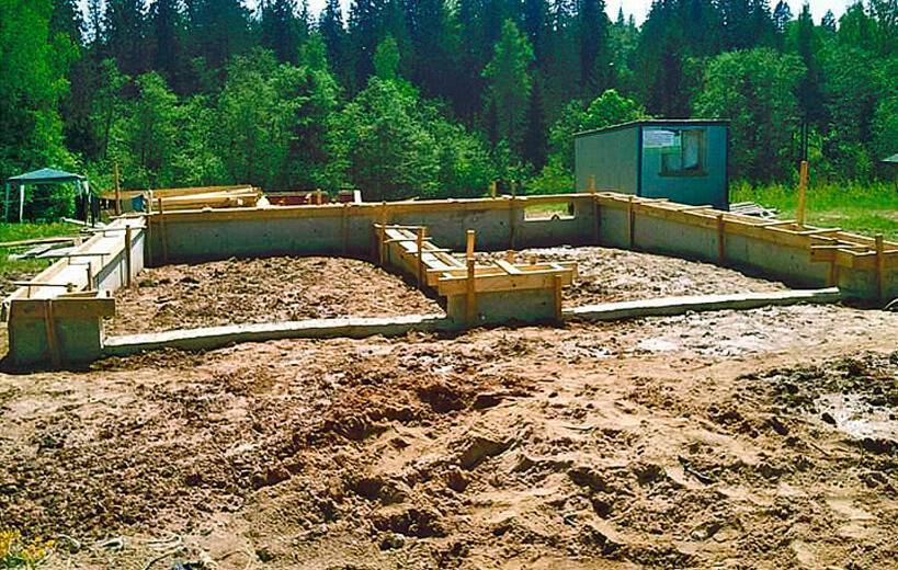Как возвести фундамент на склоне?