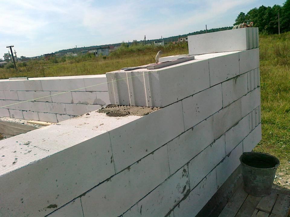 Дома из пеноблока своими руками: создание проекта. возведение фундамента, стен и кровли. утепление