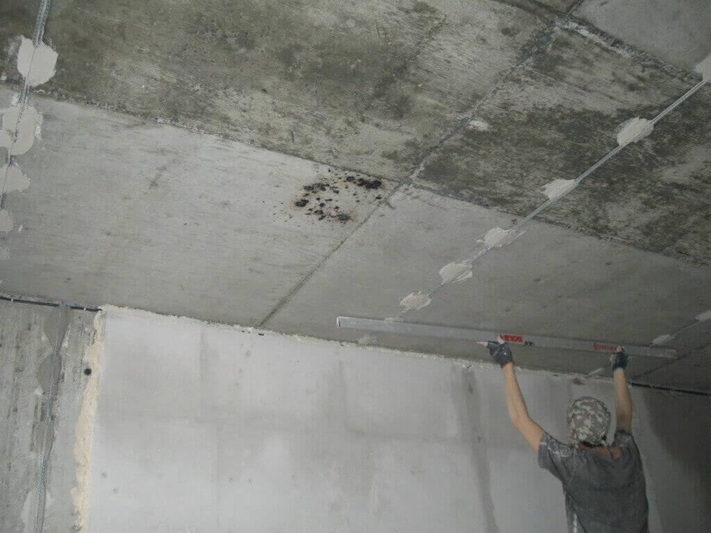 Штукатурка потолка по маякам своими руками: технология работ