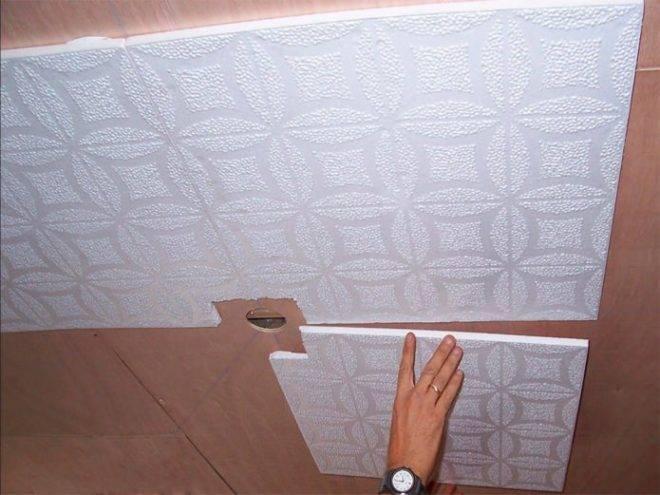 Чем помыть потолочную плитку из пенопласта на кухне?