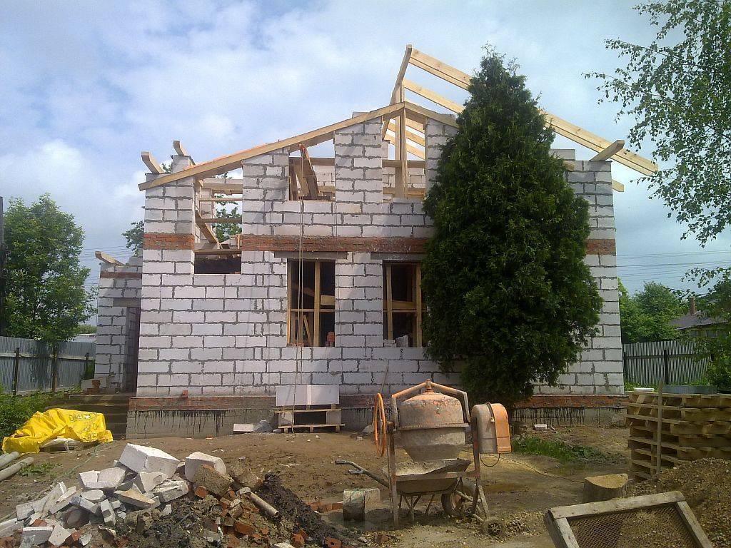 Из какого материала построить дом: из газобетона или кирпича?