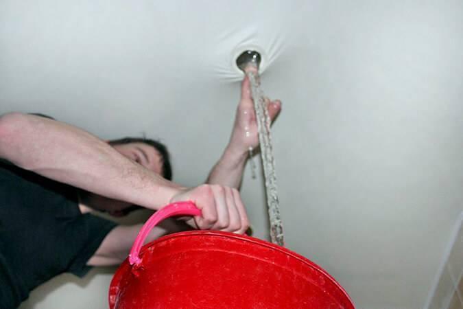 Как слить воду с натяжного потолка самостоятельно: полезные советы