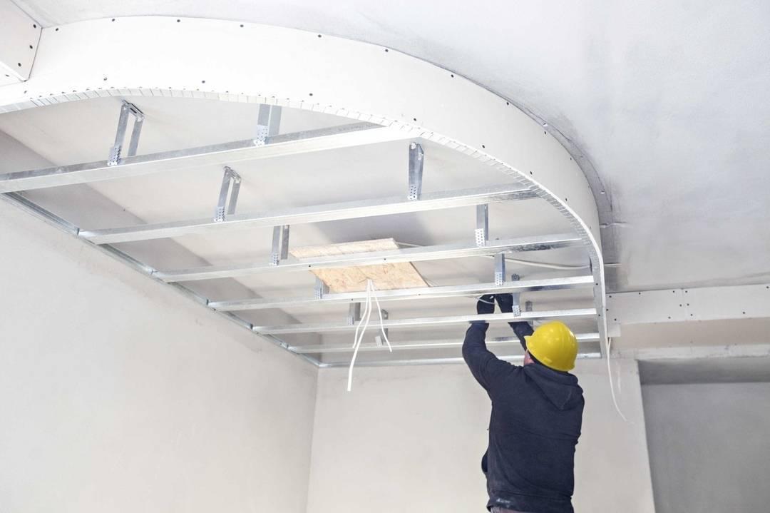 Варианты отделки и что лучше, гипсокартонный или натяжной потолок