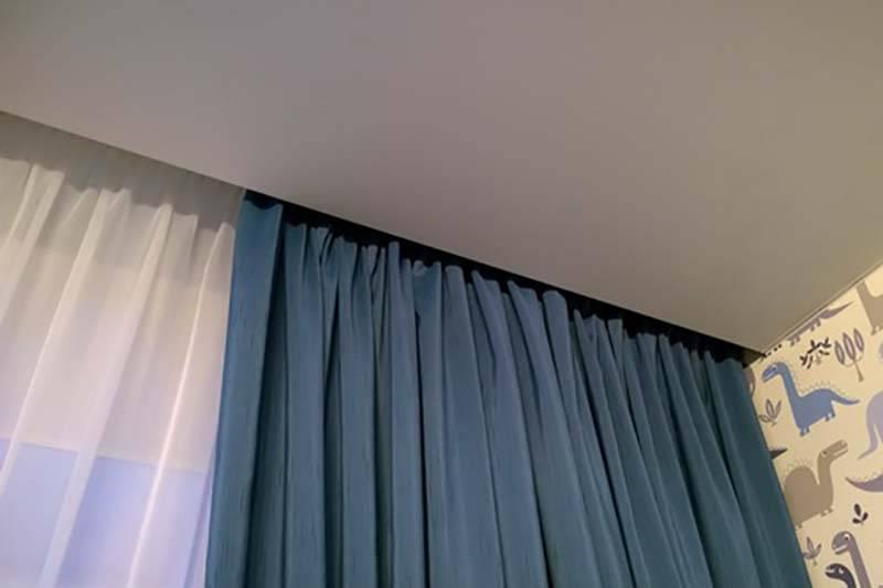Скрытый карниз в натяжном потолке: какие лучше, как установить, плюсы и минусы