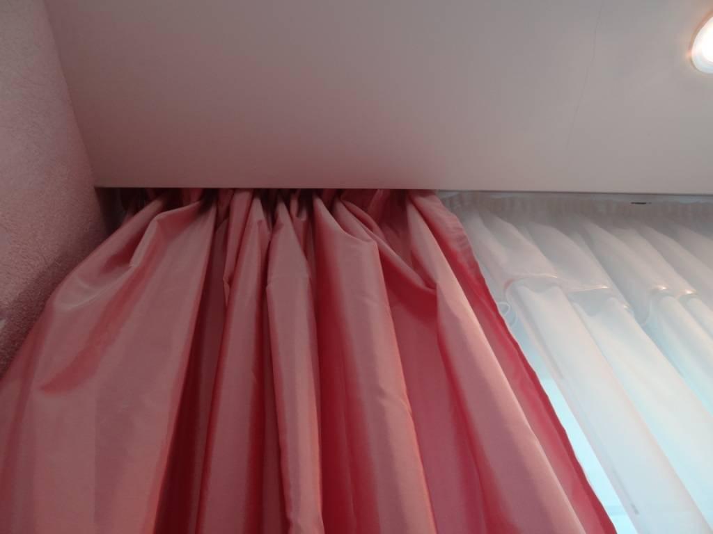 Карниз под натяжной потолок: фото со шторами в интерьере, какой лучше выбрать