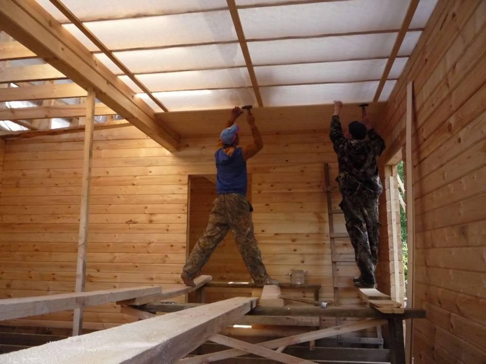 Выравнивание потолка в частном деревянном доме своими руками