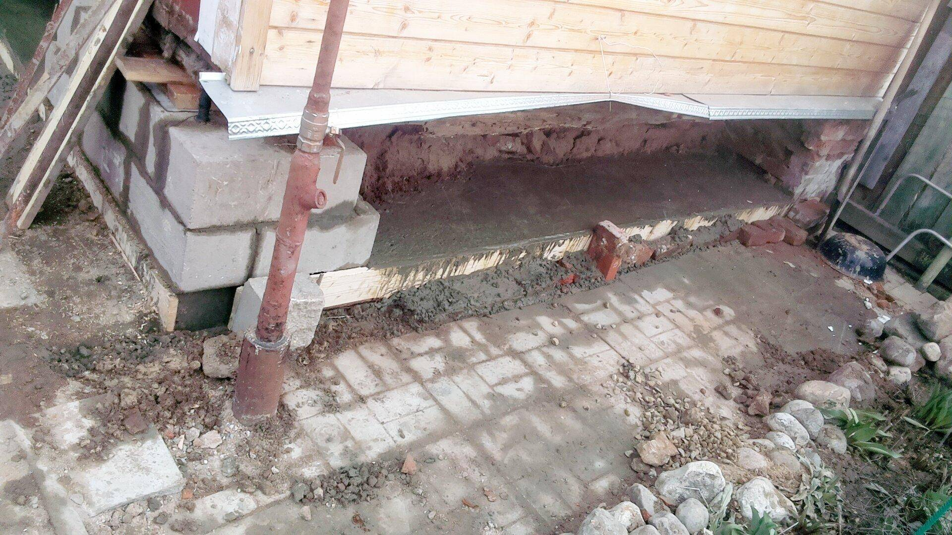 Как залить фундамент под старый деревянный дом не поднимая его?