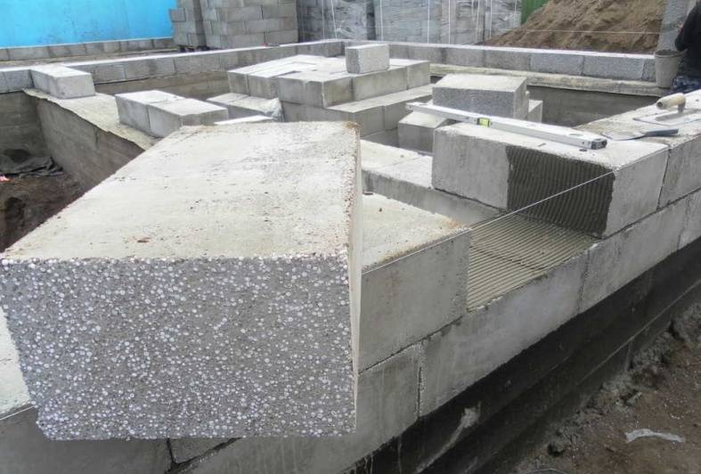 Строительство из полистиролбетона: особенности кладки