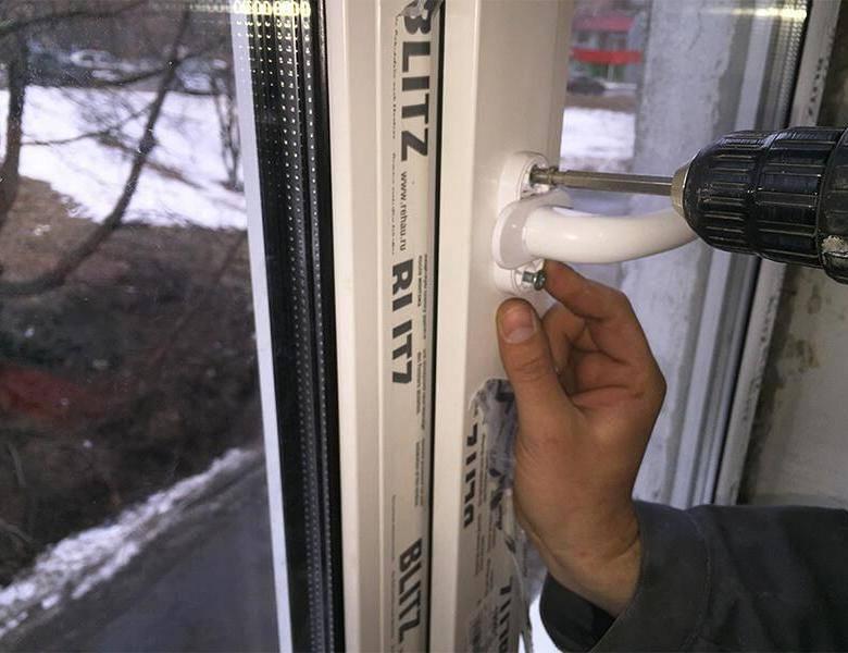 Особенности ремонта механизма пластикового окна. стоимость работы мастера