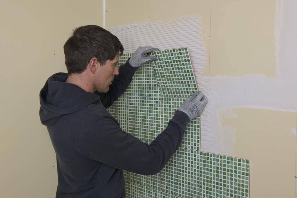 Укладка керамической плитки на потолок своими руками