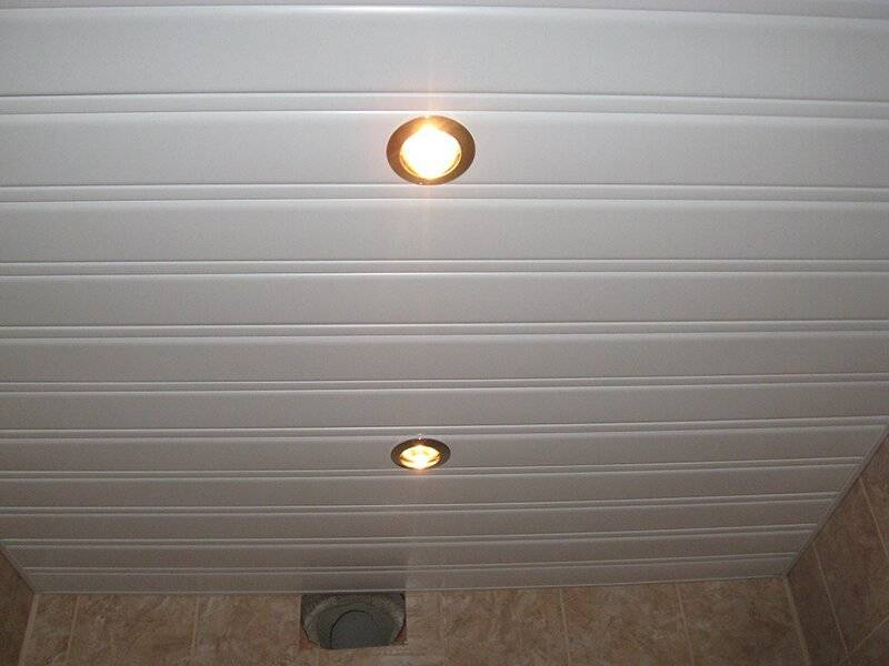Реечный потолок в ванной комнате. преимущества и правила монтажа