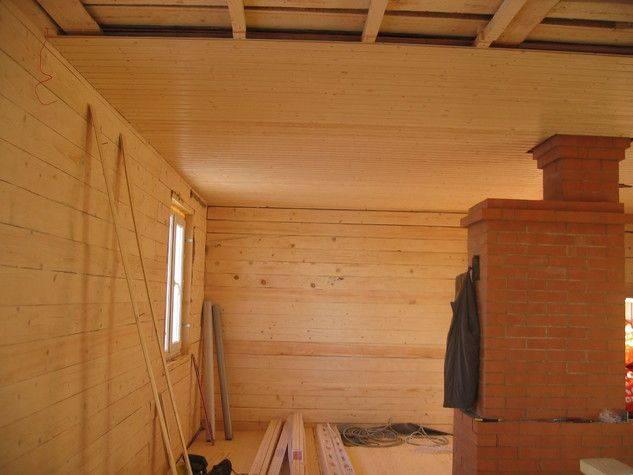 Чем обшить потолок в деревянном доме. материал. преимущества и недостатки деревянной обшивки. разновидности вагонки, расчет и монтаж