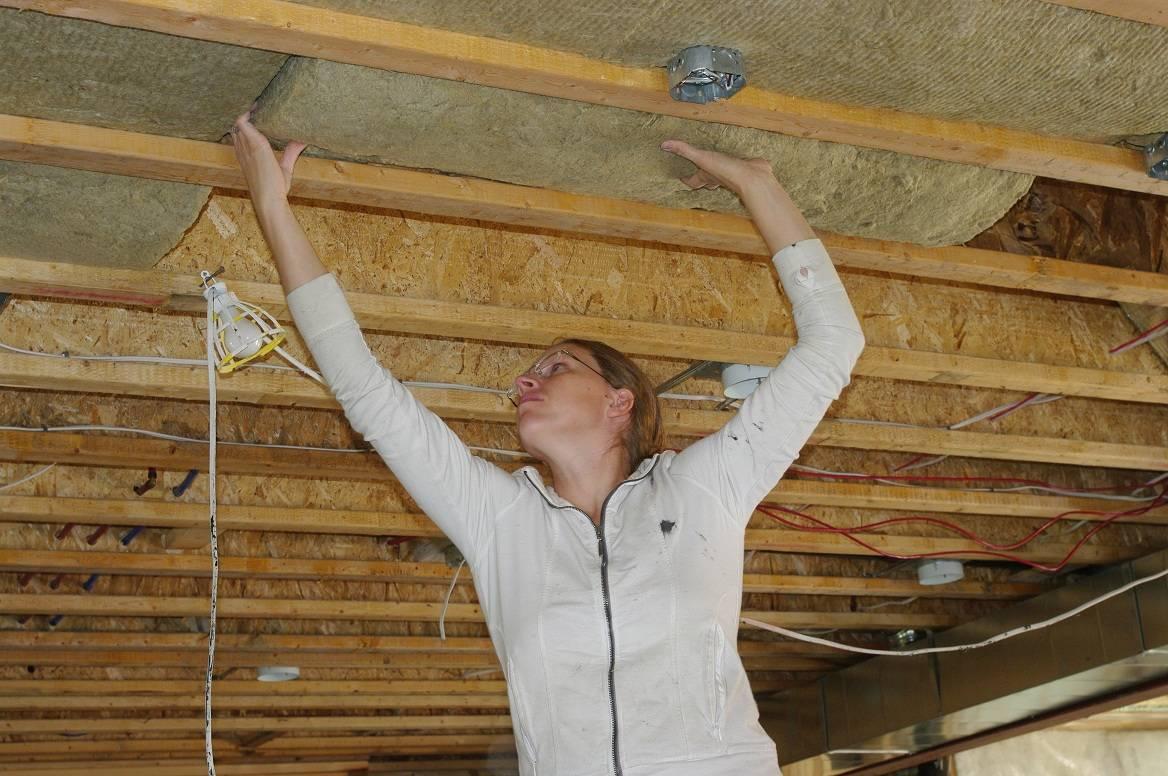 Как в деревянном доме выровнять потолок?