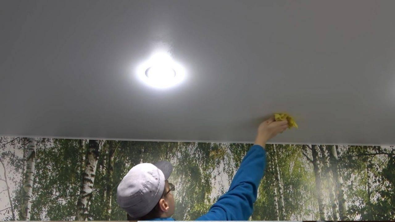 Как правильно помыть натяжной потолок без разводов