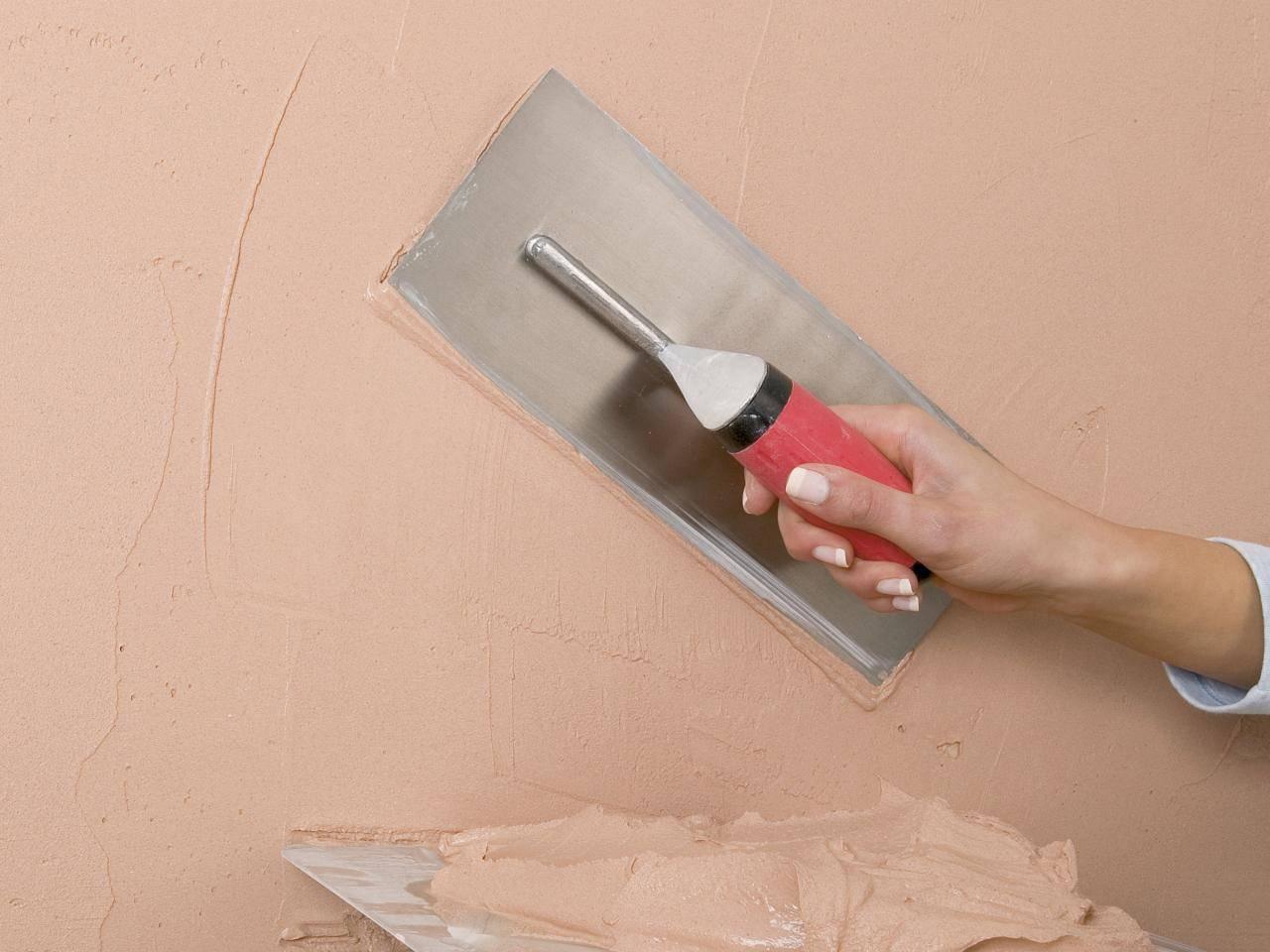Декоративная штукатурка из обычной: как сделать своими руками с помощью валика и можно ли использовать шпатлёвку вместо исходной смеси, чем отличаются в интерьере?