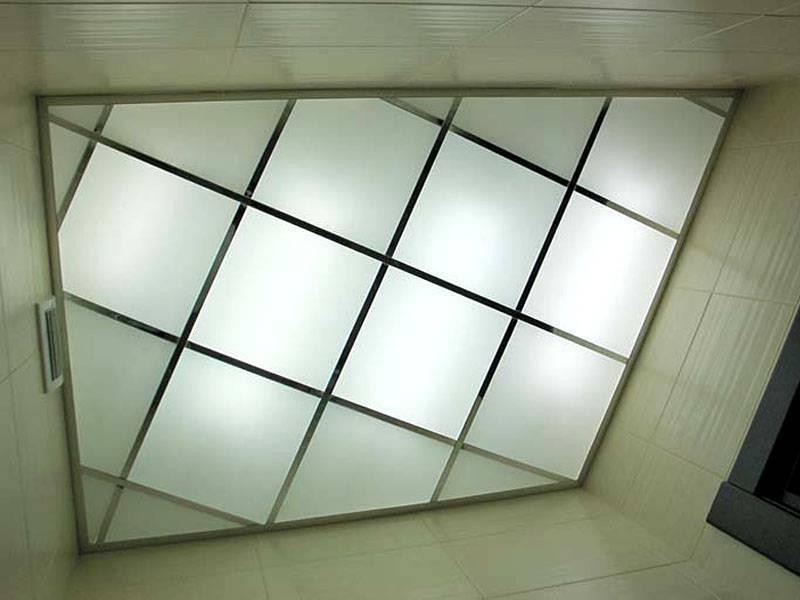 Стеклянные потолки с подсветкой в спальне и ванной