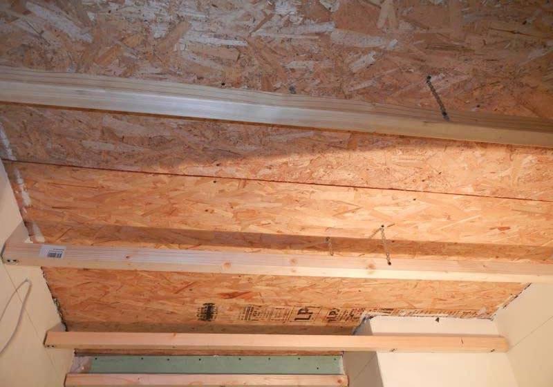 Как выровнять потолок в квартире и доме своими руками с помощью шпаклевки, гипсокартона, штукатурки, и правильная работа с деревянным покрытием