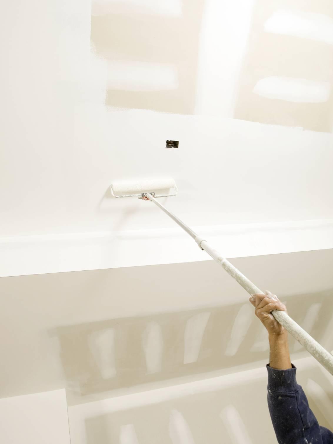 Как красить потолок водоэмульсионной краской валиком на гипсокартон